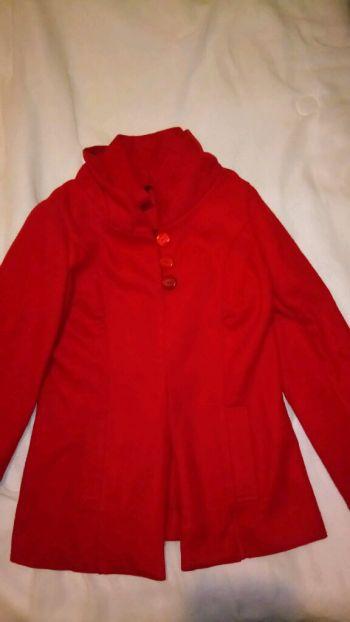 Hola nena abrigo rojo