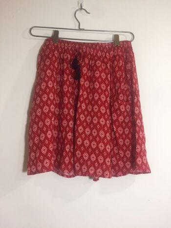 Falda roja con pompom