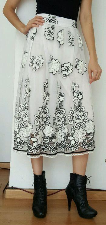 Falda blanca bordada.