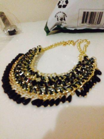 Collar dorado con negro