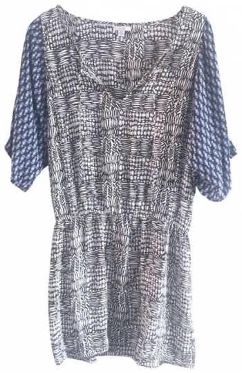 Vestido corto estampado con mangas en contraste