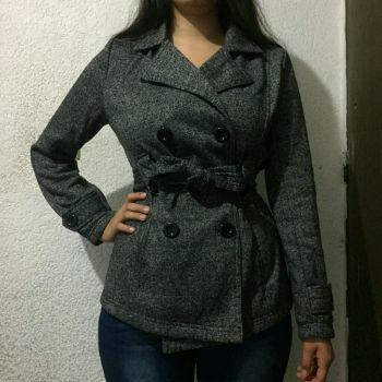 Abrigo negro y gris
