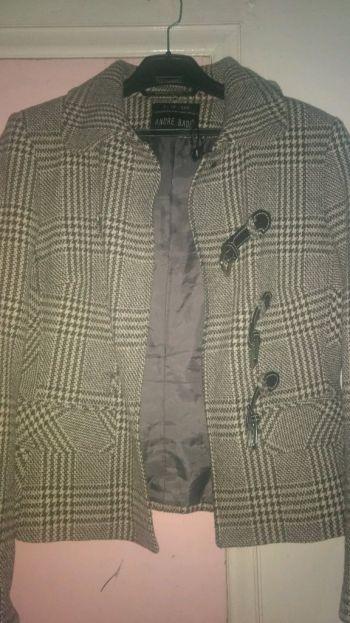 Abrigo gris con blanco
