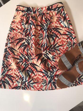 Falda de colores abajo de la rodilla