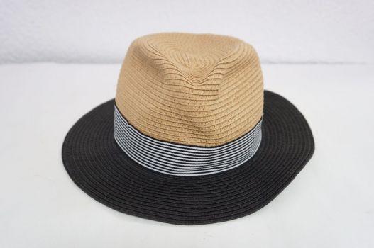 Sombrero beige con negro.