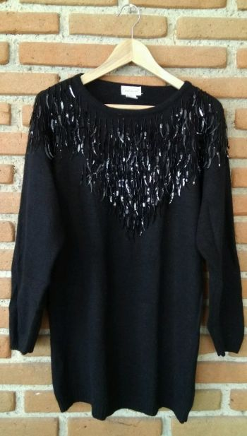 Suéter color negro con cuello adornos
