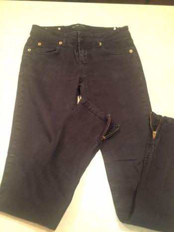 Jeans negros con cierre en tobillos