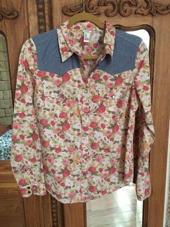 Camisa de flores y mezclilla