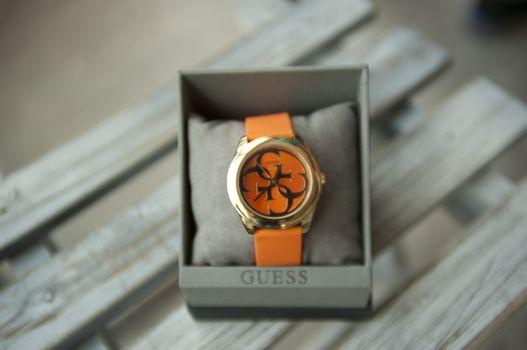 Reloj con correa anaranjada
