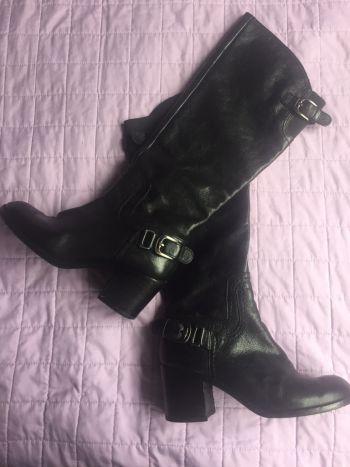 Botas negras.