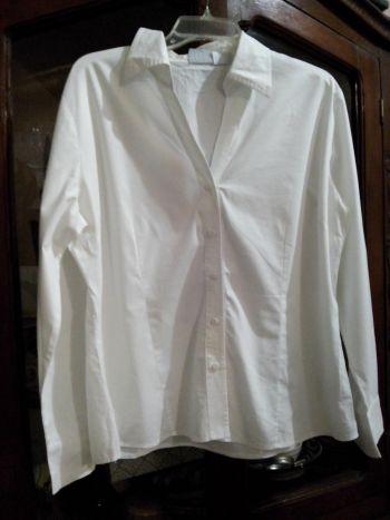 Camisa blanca manga larga.
