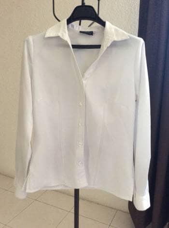Camisa blanca cuello en V