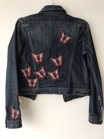 Chamarra denim con mariposas bordadas