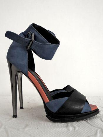 Sandalias azul y negro con tacón de aguja.