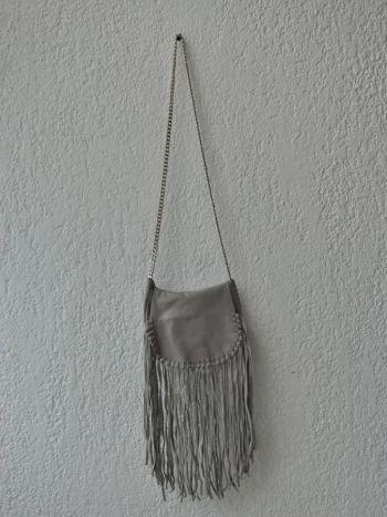 Bolso con flecos gris